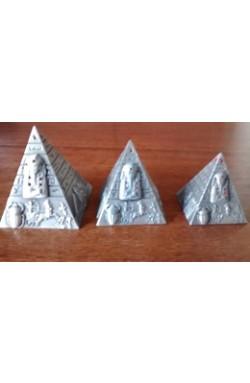 Pirâmides prateadas - trio decorativo -com pedras na cor vermelha -  Fabricada no Egito